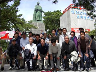 偉大なる竜馬像前で記念撮影